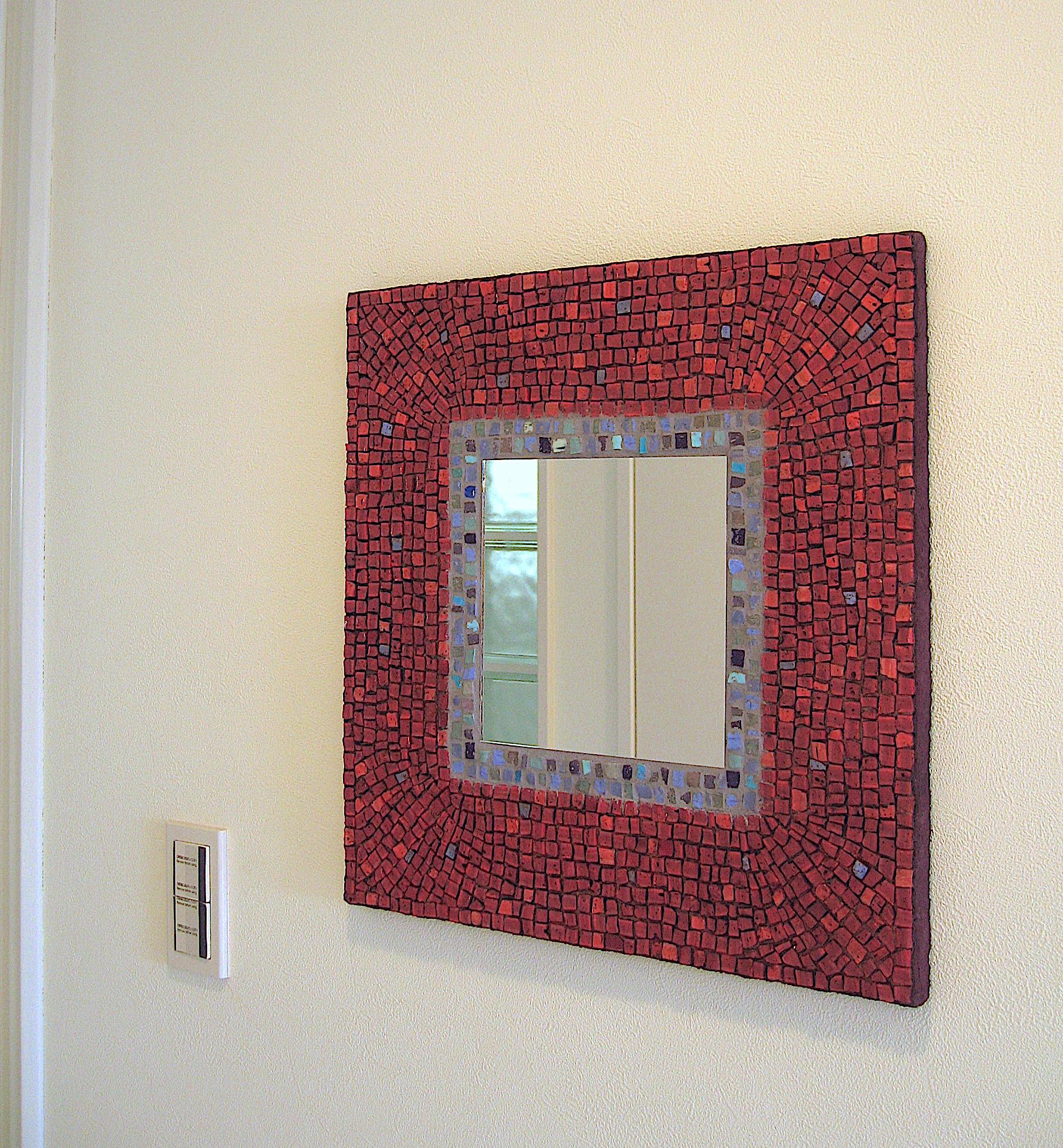 壁を飾る装飾ミラー