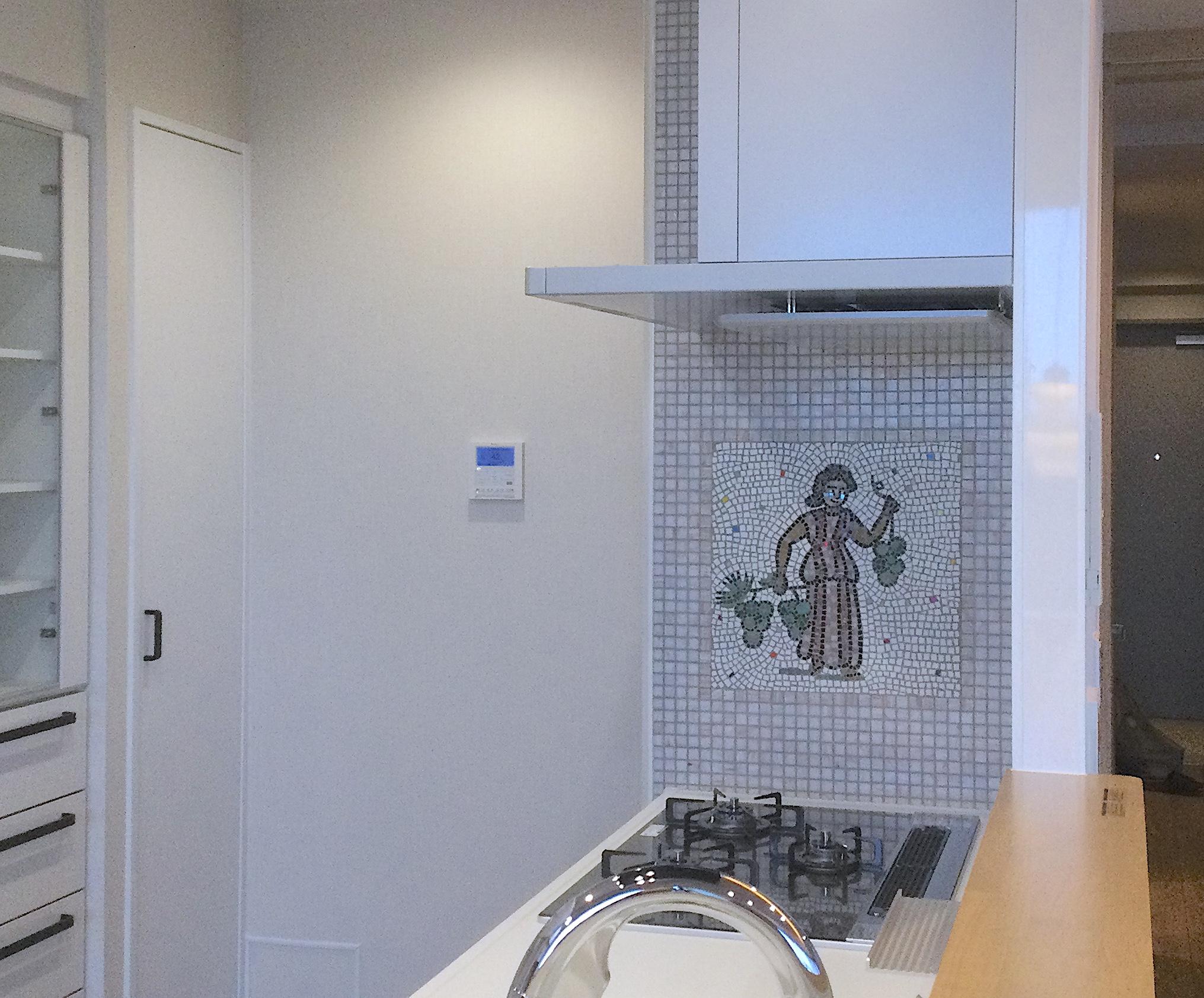 マンションリノベ コンロ周りのモザイクアートパネル