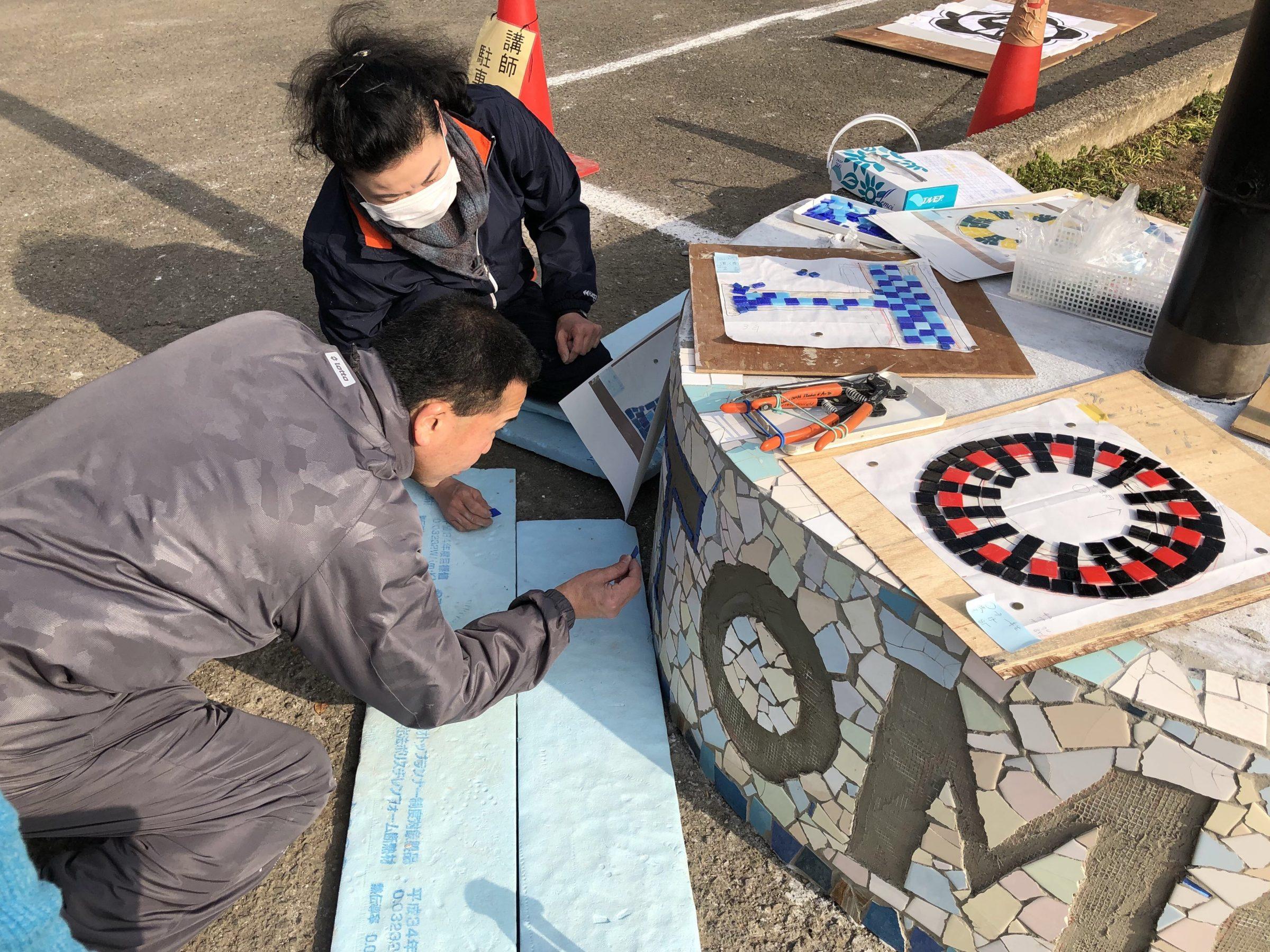 小学校周年事件行事 全校生徒参加タイルアート事例