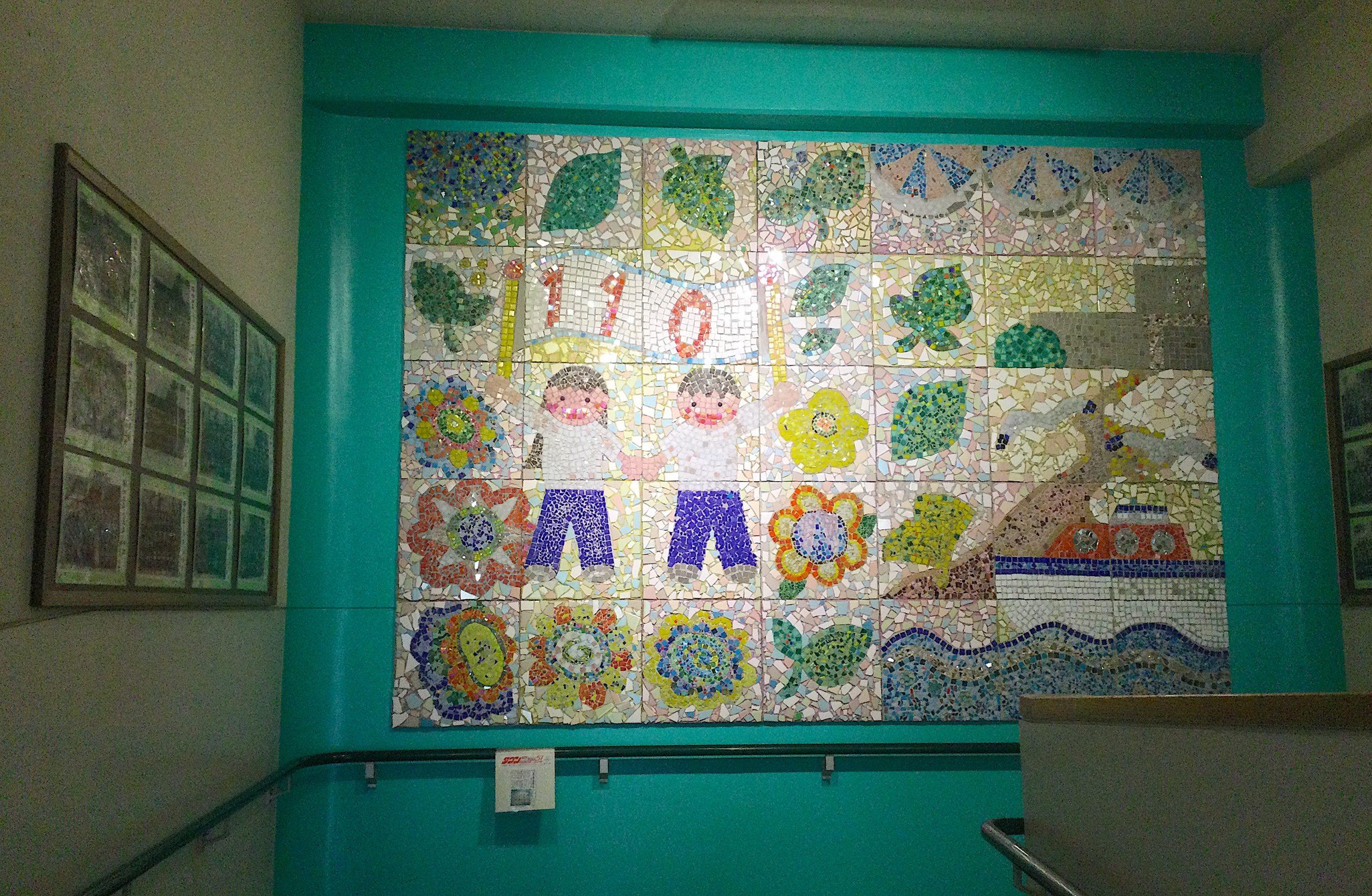 900名児童で作る巨大壁画
