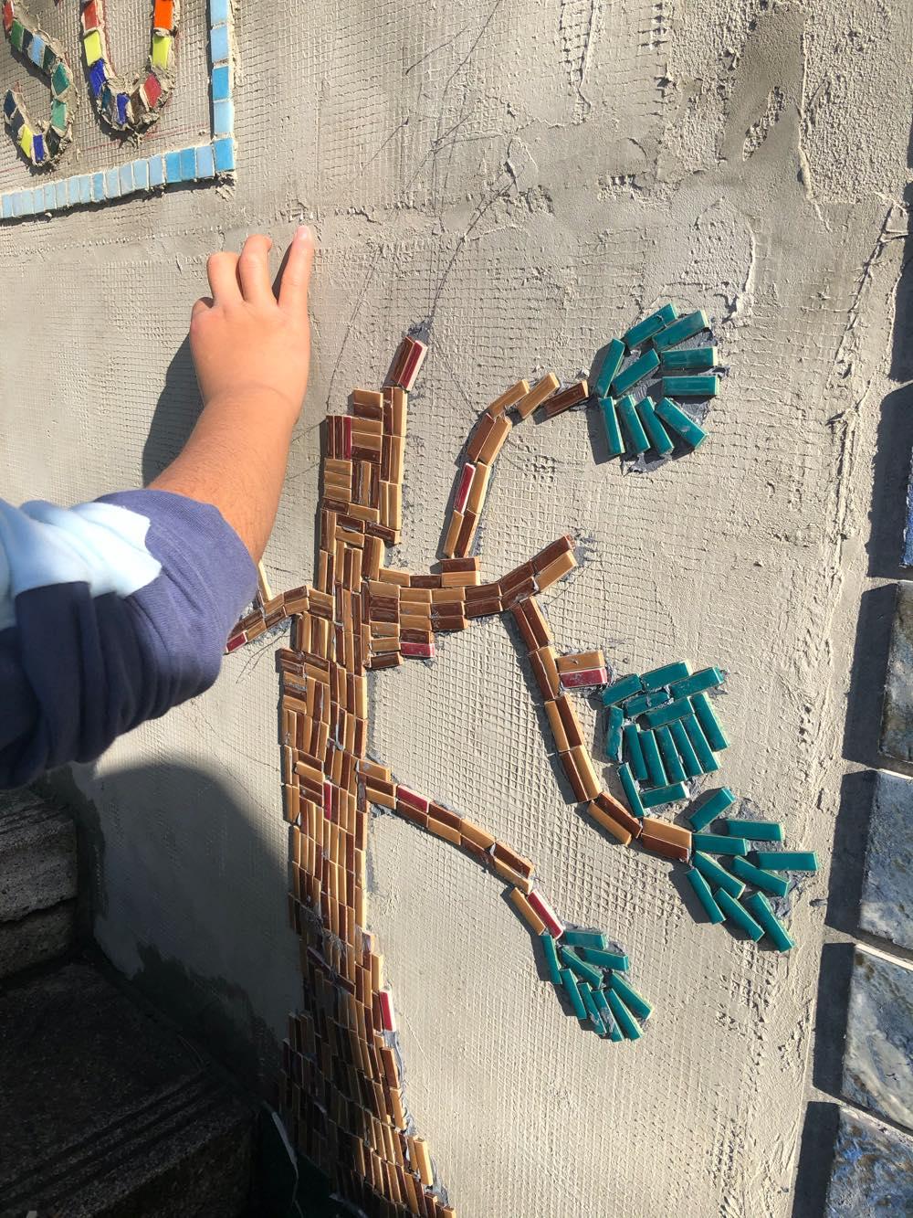 全校児童 共創制作 周年記念行事 モザイクアート壁画